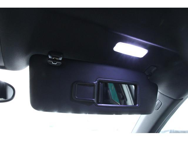 サンバイザー内側にはLEDライトが内蔵されたバニティーミラーを装備しています。 カードホルダーも付いており、コインパーキング等のチケットを挟んだりと便利な装備です。