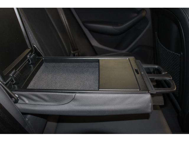 後席中央背面には、格納タイプのアームレストが装備されています。後席アームレストの蓋を開ければ小物収納スペースや、ドリンクホルダーも準備されております。