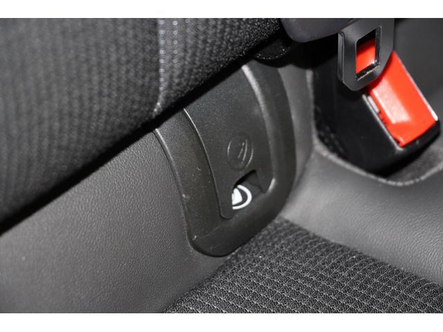 後席にはチャイルドシートを安全に且つ簡単にしっかりと固定ができる取付金具を装備しています。