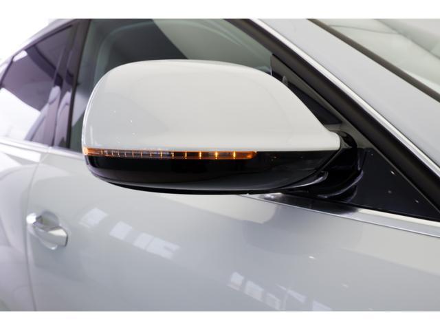 ターンシグナル点灯時です。周囲に存在感をアピール、巻き込み事故防止につながります。