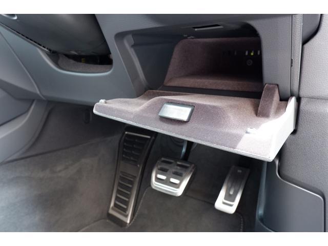 運転席のドア付近に収納ボックスが装備されております。小物などが収納できます。