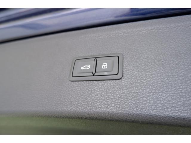 大きく開口するトランクは電動式です。施錠ボタンを押せば車両のロックができます。