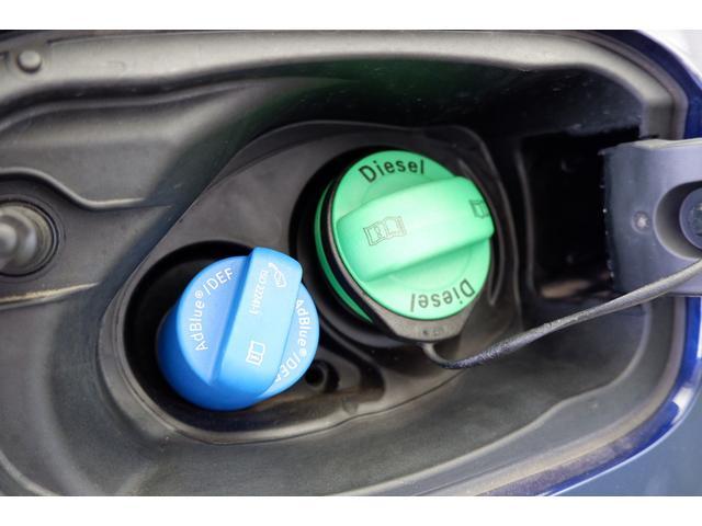クリーンディーゼル車の給油口です。右側の緑色のキャップを開け軽油を給油します。
