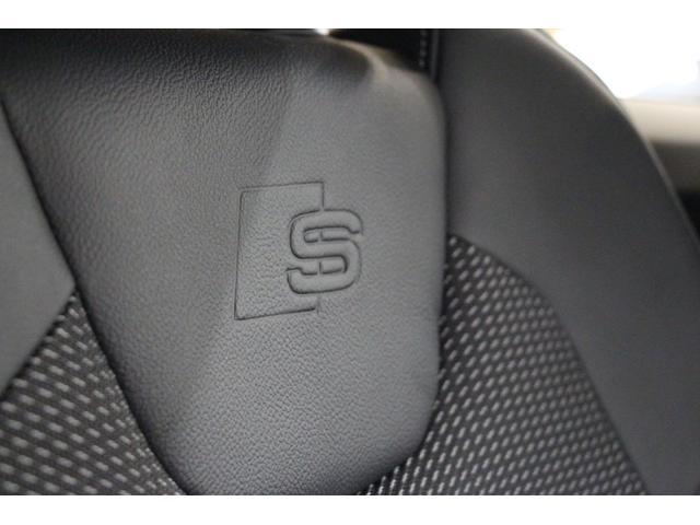 フロントシートのシートバックには「S-line」専用ロゴが刻印されております。