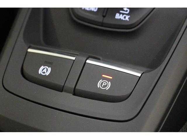 エレクトロニックパーキングブレーキの操作スイッチです。スイッチ操作一つで作動・解除ができます。アクティブホールドONの状態では、停車時にブレーキペダルから足を離してもブレーキが維持される機能です。