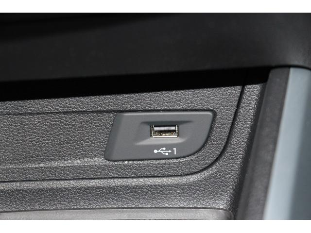 USB接続端子も配置されます。携帯やメディアとの接続にも便利な位置です。