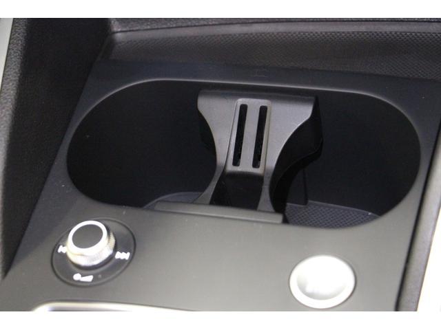ダッシュパネル下部には、邪魔にならない位置にドリンクホルダーが2個分配置されます。 ポケット中央の小さな穴は、リモコンキーが丁度収まるサイズになっています。