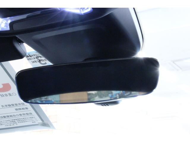 ルームミラーには自動防眩機能が装備されています。後方車両のヘッドライトで眩しくなることもありません。