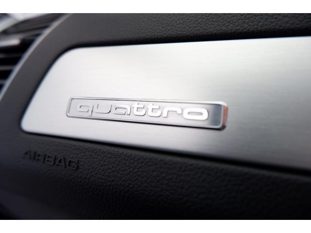高速安定性と操安性、また塗れた路面等での安定性を発揮する【quattro】のエンブレムが施されています。