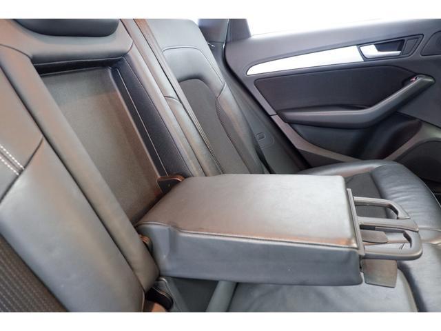 後部シートには格納タイプのアームレストを装備しています。ドリンクホルダーも2箇所配置されております。
