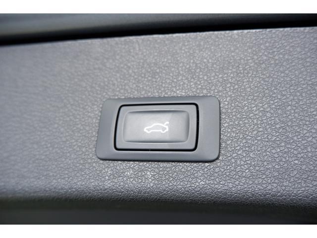 大きく開口するトランクは電動式です。