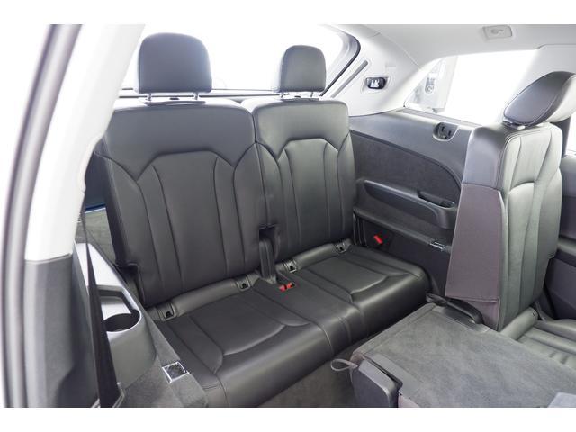 7シーターパッケージをオプションにて装備しております。Audi Q7は7人乗りSUVモデルです。