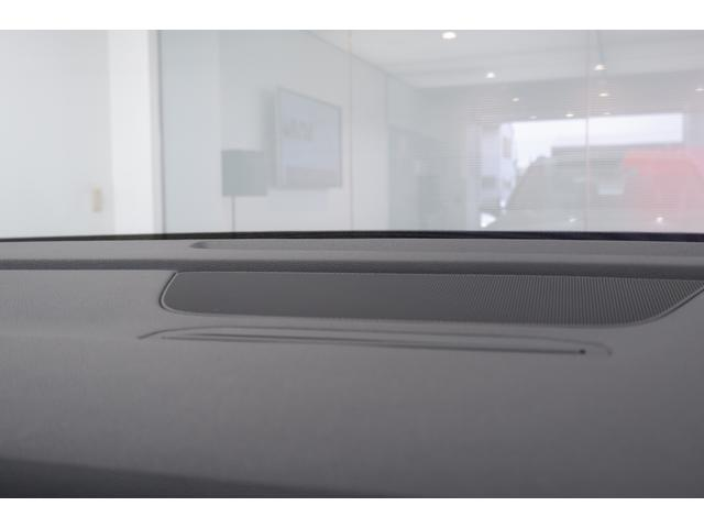 MMIナビ液晶パネルは倒して格納することが可能です。 液晶パネルを格納することで、長時間の高速走行時等は、目線がすっきりしてドライバーの疲労軽減にも繋がります。