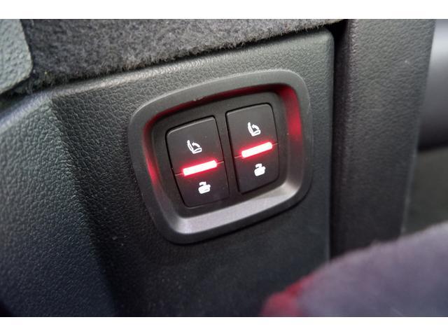 3列目には電動分割可倒式シート2席をオプションで装備しております。