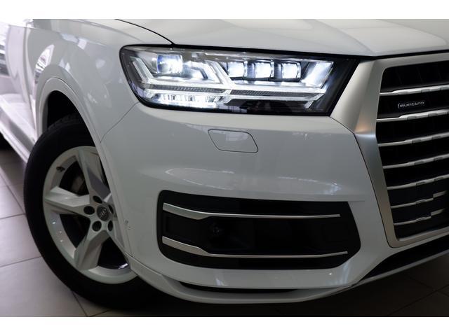 カメラで前走車や対向車を検知し、刻々と変わる道路状況に合わせて配光を変えるマトリクスLEDヘッドライトを装備しています。