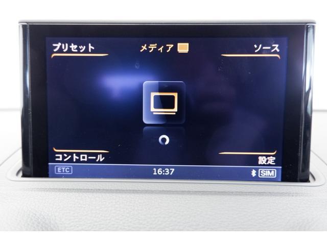 利用可能なメディアが表示され、ステアリングのスイッチにて操作が可能です。