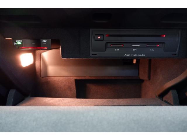グローブBOX内部にはETC車載器とCDやSDカードなどの挿入口があります。