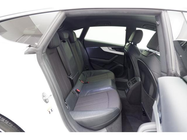後部座席は高品質な素材が優しく包み込みます。