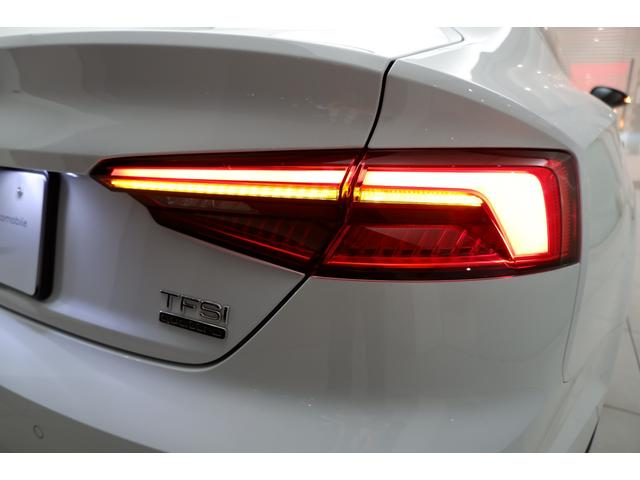LEDリヤコンビネーションライトです。素早い発光で後続車両の視認性を高めます。