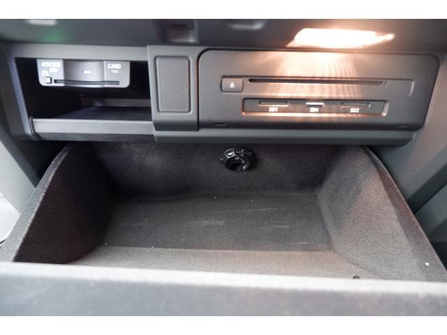 グローブBOX内部にはETC車載器とCDやSDカード挿入口があります。