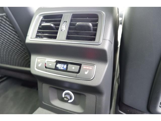 後席用に配置されたエアコンの吹出し口です。後席にもシートヒーターが完備されておりますので快適なドライブが楽しめます。