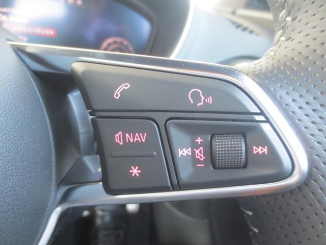 右スポーク上には、オーディオや音声コントロールのコントロールコマンダー。