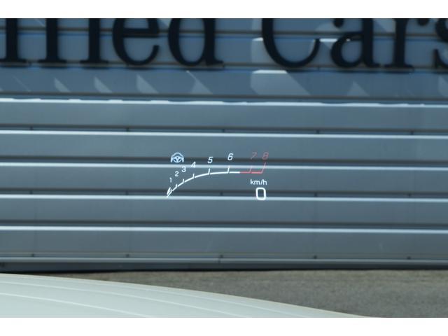ドライバーの約2m前方に浮かんでいるように見えるカラー画像で、車速やナビゲーションの案内情報などが、前方の道路状況から視線を外さずに確認可能。安全運転をサポートします。