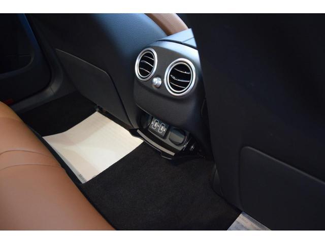 【リアシート】リアシート足元は十分なスペースがあり乗り降りのし易さはもちろん、ドライブの際もストレス無くお乗り頂けます。また後部座席用に12V電源ソケットが御座います。