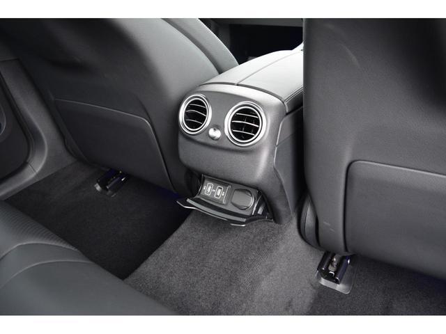 【リアシート】リアシート足元は十分なスペースがあり乗り降りのし易さはもちろん、ドライブの際もストレス無くお乗り頂けます。また後部座席用にUSBソケットが御座います。