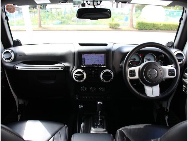 ポーラーエディション専用インテリア。ブラックとホワイトの対比が限定車ならではの上品な空間を演出しております。SDナビをインストールしております。もちろん地デジもご覧になることができます。
