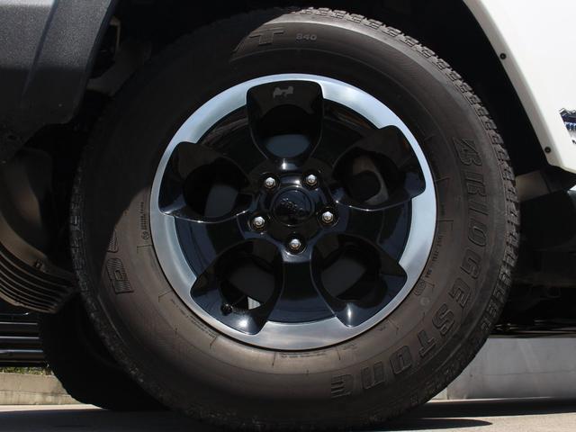 ポーラーエディション特別装備 ブラックアクセント付18インチアルミホイールが装着されております。