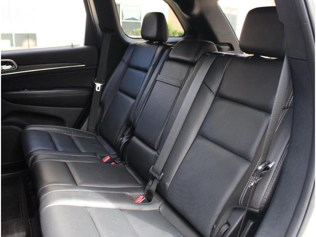 リミテッドグレード以上には、セカンドシートにもシートヒーターが標準装備されております。人数や荷物の大きさによってアレンジが可能です。日本全国どこへでも納車可能です。遠方の方でもお問い合わせ下さい。
