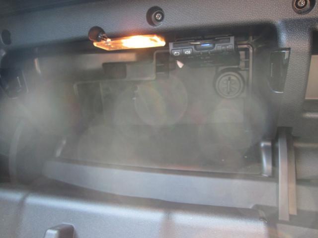 ETC車載器はグローブBOX内にあります。