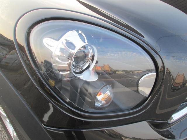 キセノンヘッドライトで前方を明るく照らしてくれます。