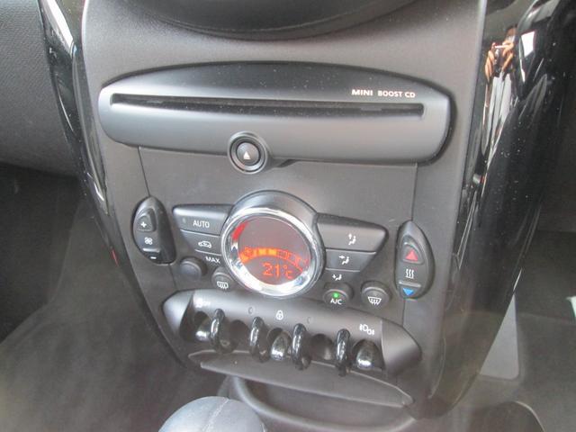 エアコンスイッチ類はMINIのエンブレムをイメージ。下のトグルスイッチも特徴的