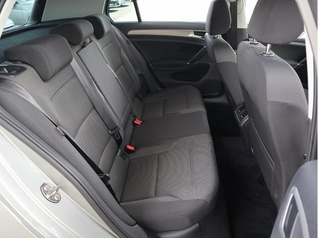 リヤシートは長時間お座りいただいても疲れにくいだけでなく、見た目以上に足元のゆとりがございます。
