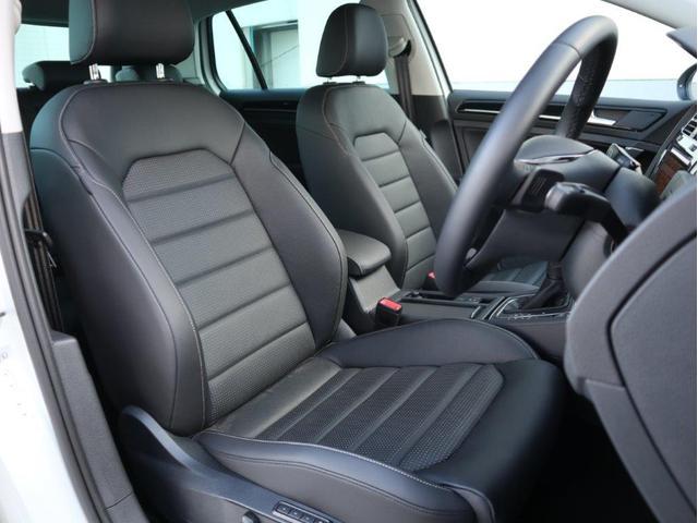 質感の高いレザーシートはホールド性に優れ長時間の運転でも疲れにくい設計です。また電動シートも装備されます。