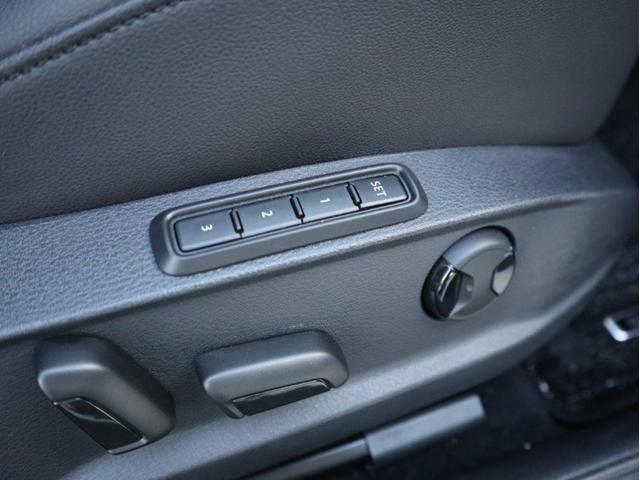 運転席には電動シート+シートメモリーが装備されます。