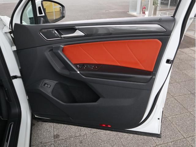 運転席ドアに設置されている電動格納式リモコンドアミラー操作スイッチ。ヒーターとリバース連動機能付き(助手席)です。