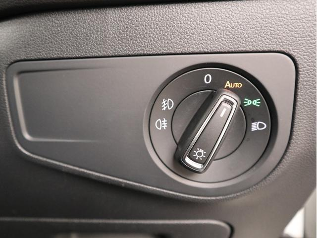 運転席のハンドル下のところにもこんな小物入れがございます。