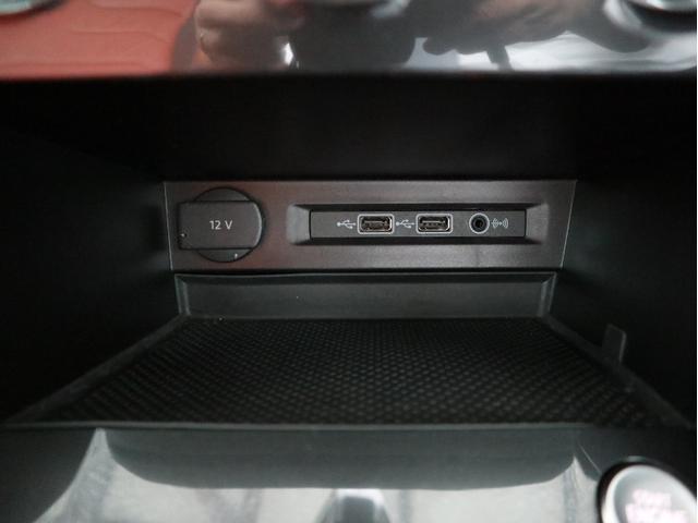 ETC2.0ユニットやCD+DVD+SDスロットがグローブBOXに収められています。