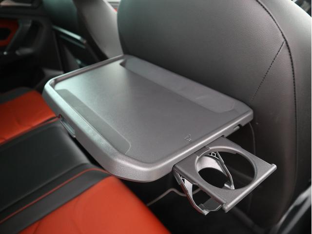 後部座席のエアコンとシートヒーターの操作ボタン。12V電源ソケット+USB端子も備わっております。