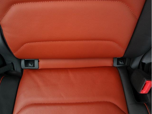後部座席用のアームレスト+ドリンクホルダー。