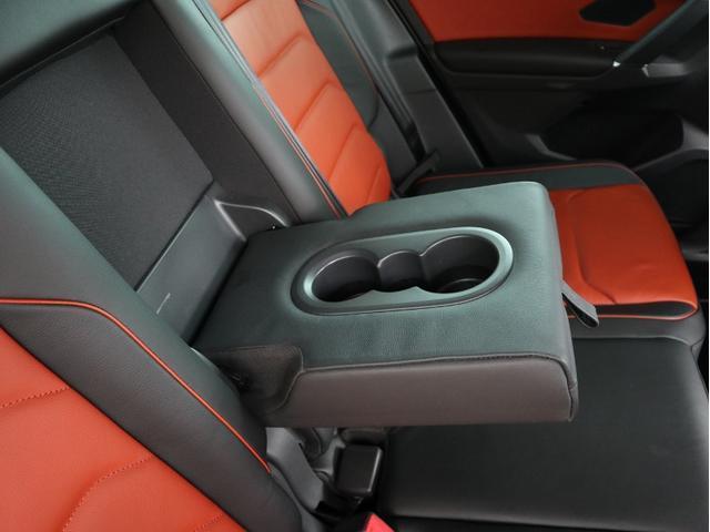後部座席の中央部分のみ倒してトランクスルーにすることが出来ます。