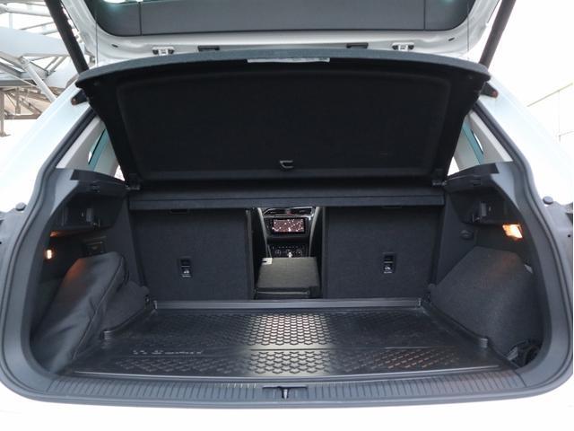 このように後部座席の片方だけ倒すことが出来るので積み荷の大きさや形状に合わせた多彩なアレンジも可能です。