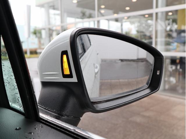 リヤビューを精悍に演出するダークテールランプを採用。LEDによるはっきりとしたグラフィックを描き出し、後続車からの視認性を高めて追突の危険性を軽減します。