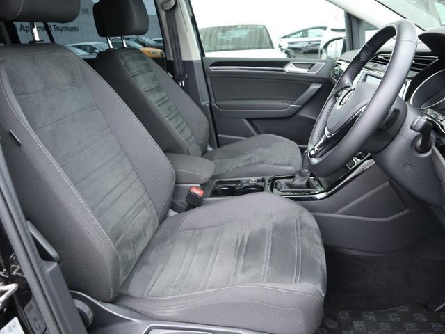 滑りにくくホールド性のあるアルカンタラ素材を使ったシート。程よい堅さで長時間の運転でも疲労感を軽減します。(シートヒータ付き)