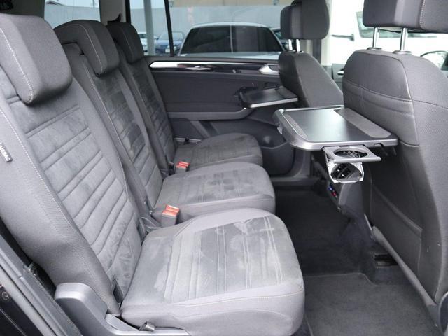 3席独立設置の2列目シート。レッグスペースもご覧の余裕があります。左右のシートにはシートヒーターも装備されています。
