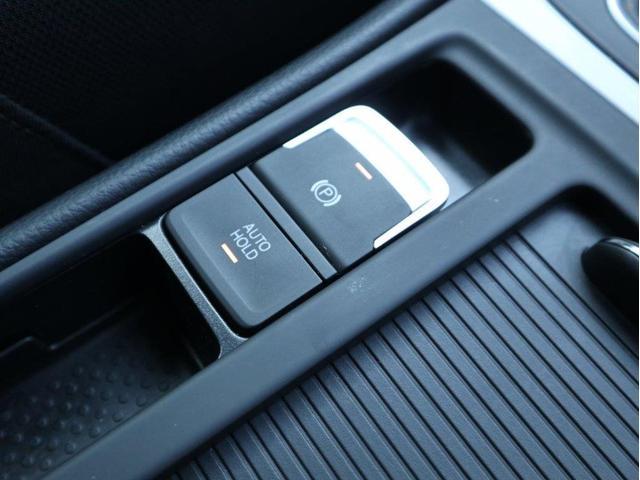 電子式パーキングブレーキ。ボタンひとつで簡単にサイドブレーキをかけることができます。