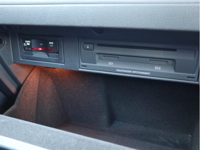ETCユニットやCD・DVD・SDスロットはグローブボックス内に収納されています。